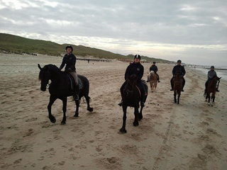 Leden van de Wâldruters tijdens de jaarlijkse strandrit.